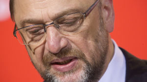 Martin Schulz tittar neråt.
