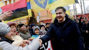 Den ukrainska oppositionsledaren Micheil Saakasjvili skakar hand med sina anhängare under en protestmarsch riktad mot presidenten. Kiev 4.2.2018.