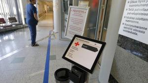 En man i en entré till ett sjukhus.