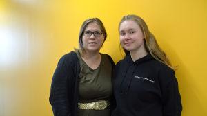 Läraren Hanna Lönnfors med studerande Anna Lillqhist i bild.
