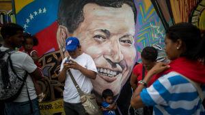 Hugo Chavezin kuva venezuelalaisen kadun varressa.
