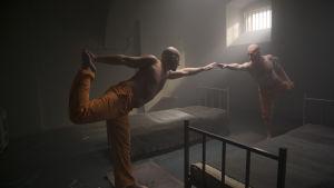 Palle Hardrup och Bjørn Schouw Nielsen yogar i cellen.
