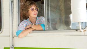Ella i husbilens fönster.