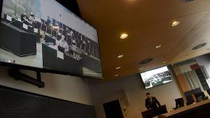 Medierna följer terrorrättegången i Åbo via videolänk den 9.4.2018.