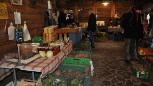 På vintern är utbudet i ekostugan begränsat – dominerar rotfrukter, inläggningar, bröd, gryn, bönor och ostar.