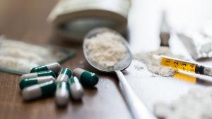 Drogrelaterade redskap, injektionsspruta, sked med pulver.