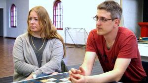 Sonja Hanhikoski-Sacklén från barnskyddet och ungdomsarbetare David Sandström deltar i ett informationstillfälle om Vuxna på stan.
