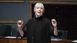 Laura Huhtasaari talar i riksdagen den 18 april 2018.