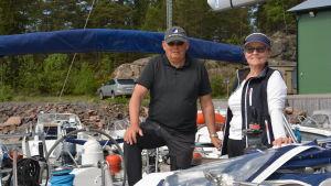 En par på en segelbåt