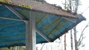 Lusthusets tak, blått inuti och mossa ovanpå.