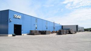 En fabriksbyggnad.