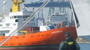 Räddningsfartyget Aquarius anlöper hamnen i Valencia.