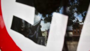 en röd  vit och svart nazistisk svastikaflagga