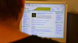 Arbetslös letar på webben efter lediga jobb