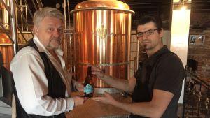 Sture Udd och Alexander Maier förevisar en flaska Bock's mineralvatten