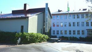 Gården vid Källhagens skola och Virkby gymnasium.