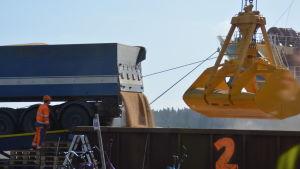 Fodervete ska lastas på fartyg i Ingå hamn.
