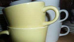 gula och vita kaffekoppar i porslin. Kallas Kilta och designade av Kaj Franck.