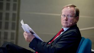 En bild på Leif Östling som läser en tidning