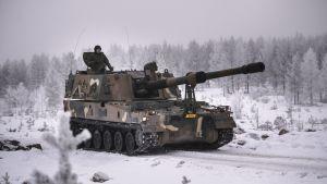 Finskt artilleri modell K9 Thunder i snöigt landskap.