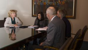 Anna-Maja Henriksson, Stefan Kula och Boris Sundell diskuterar med Sanni Grahn-Laasonen.