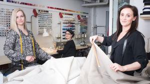 Terhi Valkola, Tiina Västi och Maria 'Mia' Holm arbetar på Marias syateljé.