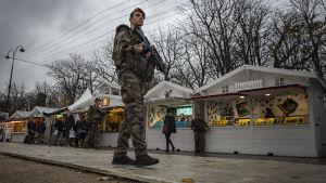 Soldater patrullerar julmarknaden på Champs-Élysées i Paris.