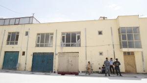 Afghansk säkerhetspersonal står utanför det hus i Kabul som attackerades 21.7.2017. En tysk kvinna och en afghansk vakt dödades och en finländsk kvinna kidnappades.