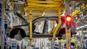 Ett bilchassi i en fabrik.