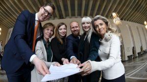 Antti Lindtman (SDP), Anna-Maja Henriksson (SFP), Li Andersson (VF), Touko Aalto (Gröna), Laura Huhtasaari (Sannf) och Päivi Räsänen håller allihopa tillsammans i ett papper med interpellationen.