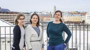 Barnträdgrådslärarstuderandena Alexina Blomqvist (t.v.), Beata Tana och Johanna Andersson. Studerande vid Helsingfors universitet.