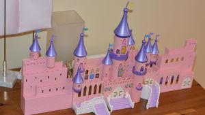Ett rosa plastslott byggt av legoklossar eller liknande.
