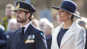 Kronprinsessan Victoria och och prins Carl Philip vid minnesceremoni i Stockholm.