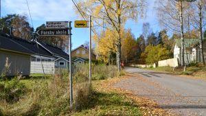 Vägskäl med skylt som visar Forsby skola och Kullbyvägen.