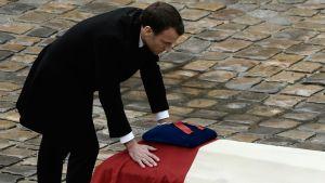 President Macron hyllar modig polis