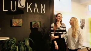 Studerande Liis Levonius tillsammans med sin mentor Wilhelmiina Kosonen i Luckan.
