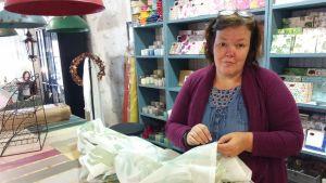 Företagaren Mi Ruokolahti i sin butik.