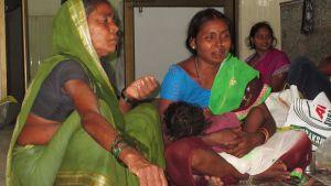 Anhöriga till patienter på sjukhus i Indien.