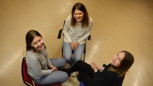 Antonia Holmgren, Evelina Jåfs och Frida Sande från Borgå gymnasium som är i finla i den finlandssvenska debattävlingen