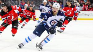 Patrik Laine skrinnar i en match mot New Jersey i NHL.
