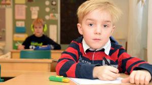 Axel Kevin vid sin pulpet i Höjdens skola i Tenala.
