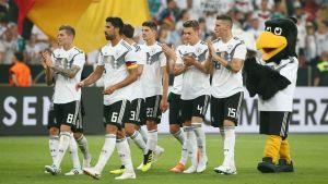 Toni Kroos, Sami Khedira, Thomas Müller, Mario Gomez, Matthias Ginter och Niklas Suele i genrepet mot Saudiarabien.