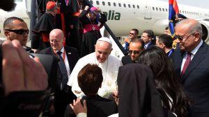 Påve Franciskus och hans följe välkomnades på flygplatsen i Kairo på fredag eftermiddag. 28.4.2017