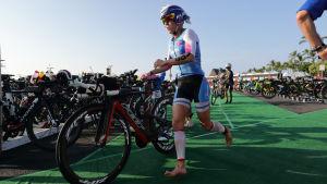 Kaisa Sali löper med sin cykel.