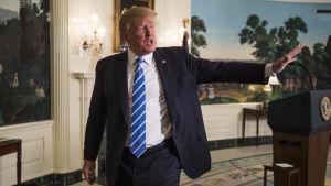 Donald Trump avlägsnar sig efter att ha hållit tal om sin Asienresa och utrikespolitik.