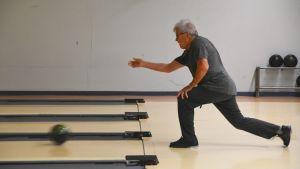 Man bowlar i Lovisa bowlinghall