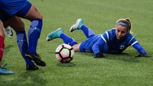 Emmi Alanen har ögat på bollen under en VM-kvalmatch i fotboll.