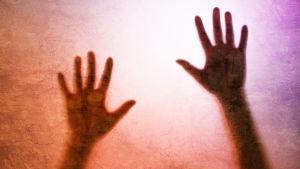 Två händer mot en diffus bakgrund.