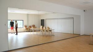 En spegelvägg i ett rum. I spegelns ena hörn syns Patrik Flygar och Henrik Sandström.