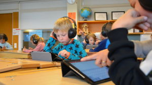 Hugo Högbacka får använda pekplatta redan under sina första skoldagar i Yttermalax skola.